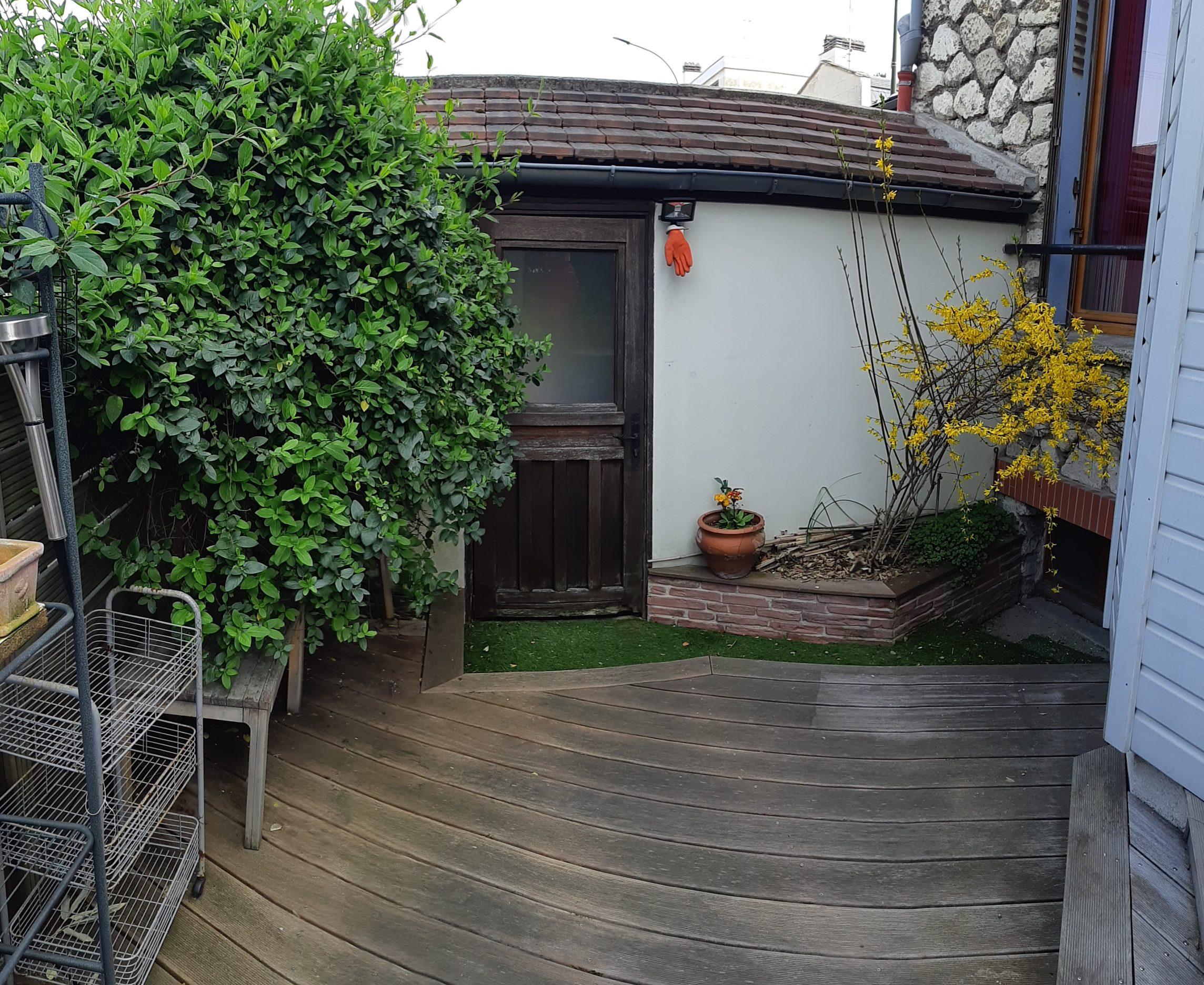 Photo avant : terrasse envahie et pas exploitée