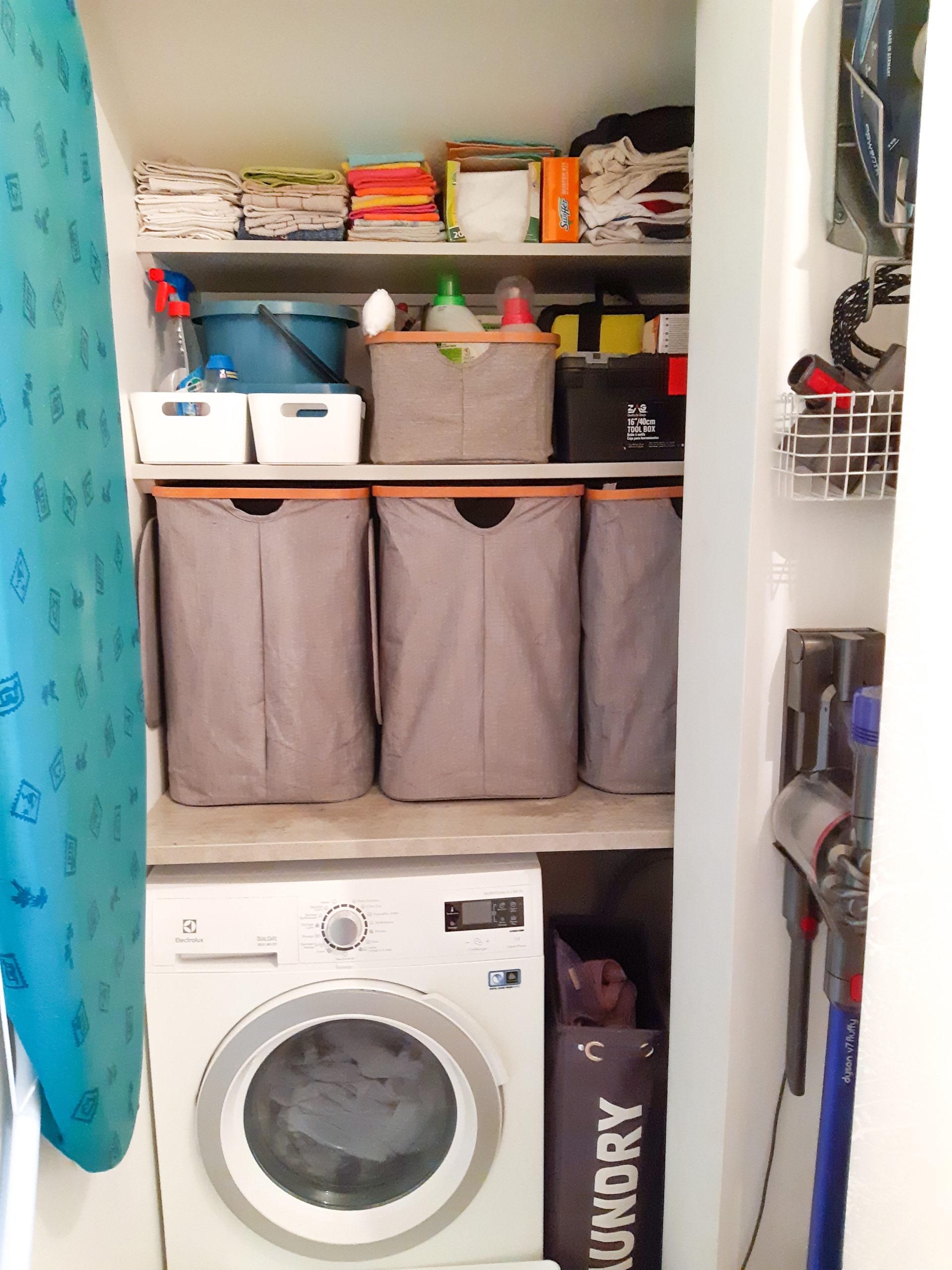 Buanderie organisé avec rangement et machine à laver